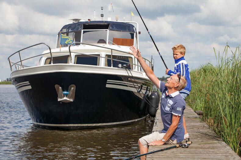 Samen met Opa vissen met het onderwerp weer op de achtergrond.