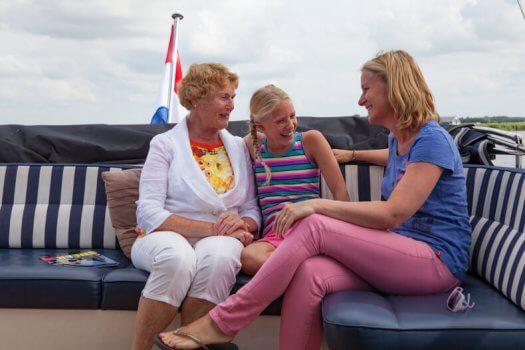 11 fotografie kruizer varen meisjes huren veldman yacht charters 525x350
