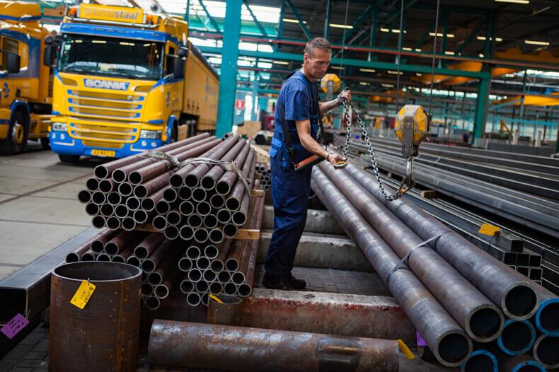 Werkzaamheden in het staalmagazijn waarbij linksboven en rechtsonder belangrijke punten op de een derde regel compositie zijn gezet.