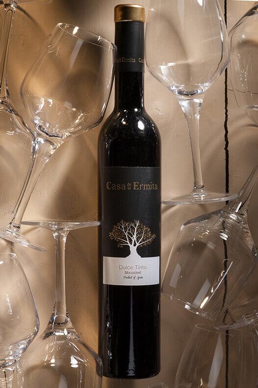 Foto uit de serie wijnen van de walrus omgeven met legewijn glazen om de nadruk op de wijnfles te vestigen.