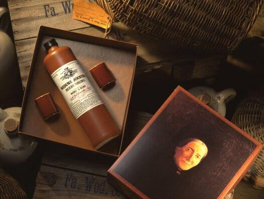 04 fotografie weduwe joustra beerenburg cadeau stenen kruik distilleerderij friesland sneek 525x395