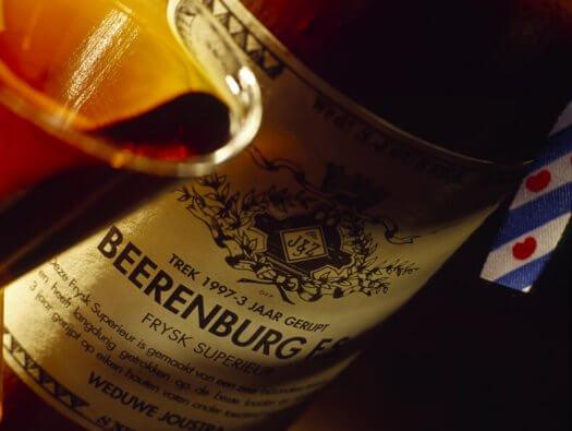 08 fotografie weduwe joustra beerenburg cadeau stenen kruik distilleerderij friesland sneek 525x395