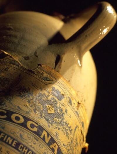 12 fotografie weduwe joustra beerenburg cadeau stenen kruik distilleerderij cognac friesland sneek 399x525