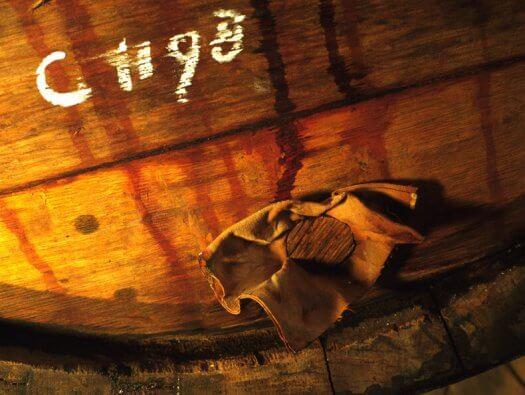 13 fotografie weduwe joustra beerenburg vaten distilleerderij friesland sneek 525x395