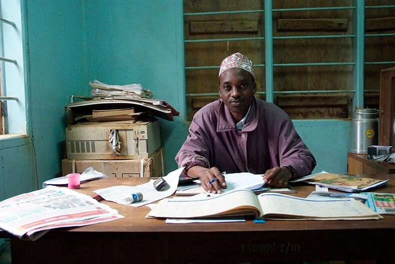 Tijdens mijn steden en reizen fotografie heb ik in Tanzania dit personeel lid van een melk verzamelpunt in Tanga gefotografeerd.