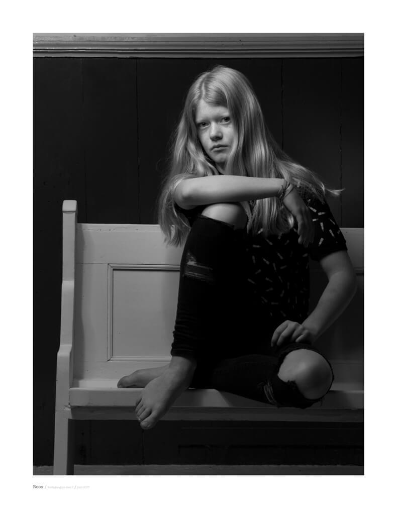 portret fotografie in zwart wit met model Roos uit de serie kerkgangers