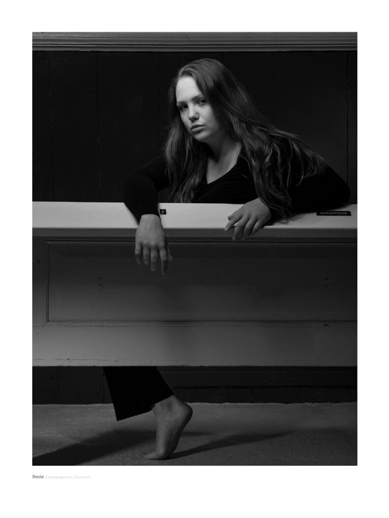 portret fotografie in zwart wit met model Bente uit de serie kerkgangers