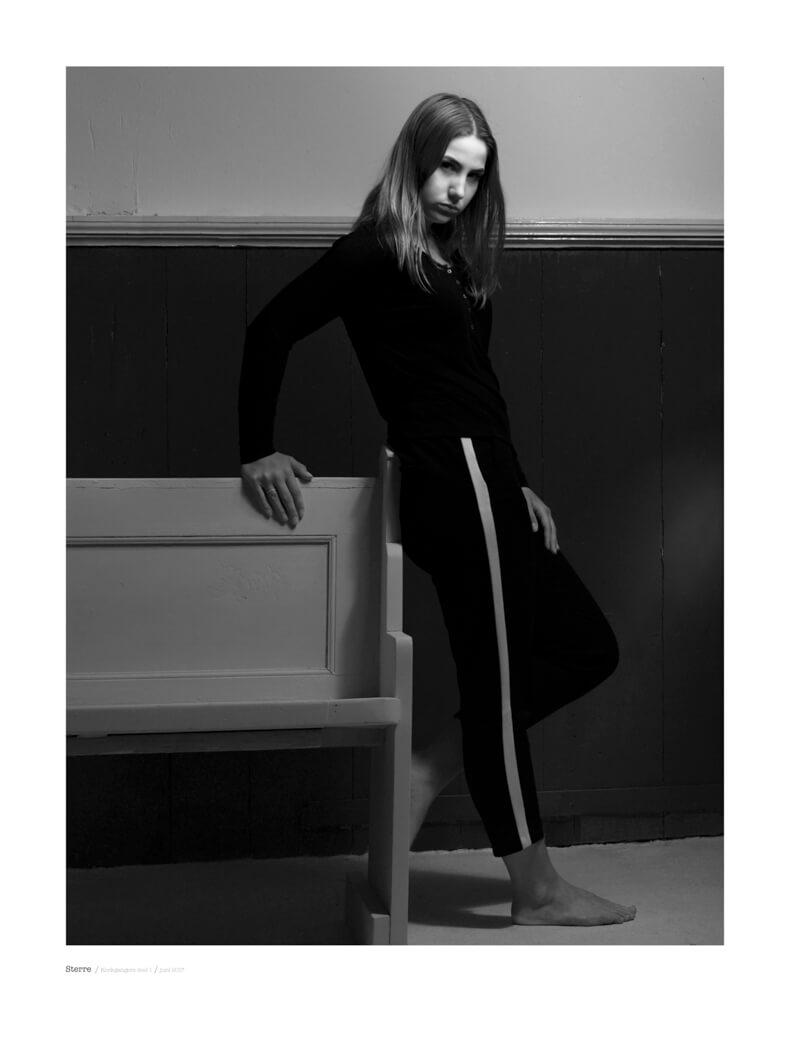 Portret fotografie in zwart wit model Sterre in de seri Kerkgangers