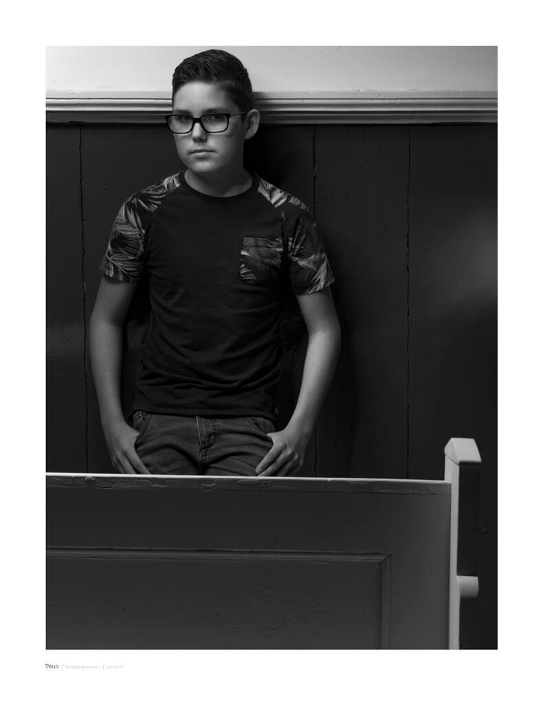 portret fotografie in zwart wit met model Teun uit de serie kerkgangers