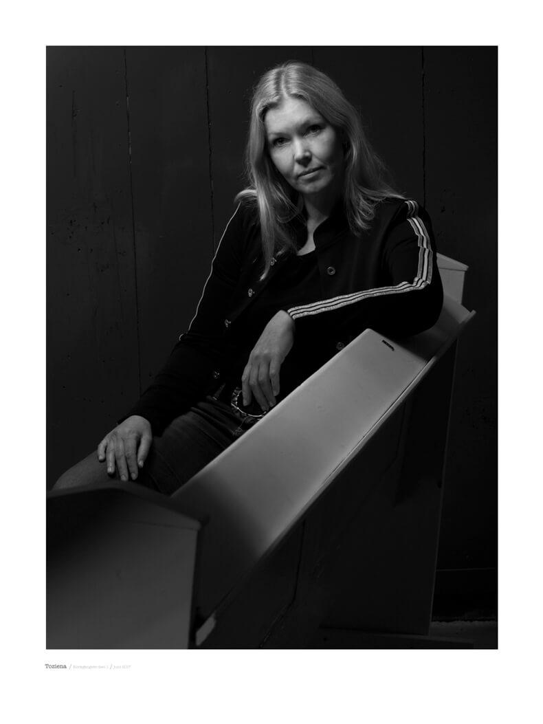 portret fotografie in zwart wit model Toziena uit de serie kerkgangers