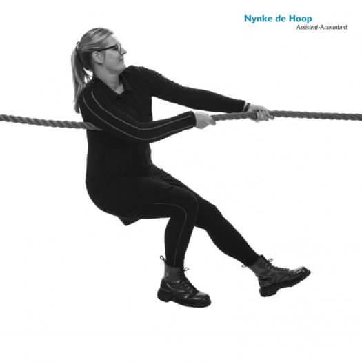 13 touwtrekken miedema accountant portretfotografie zwart wit Nynke 067 zw02 525x525
