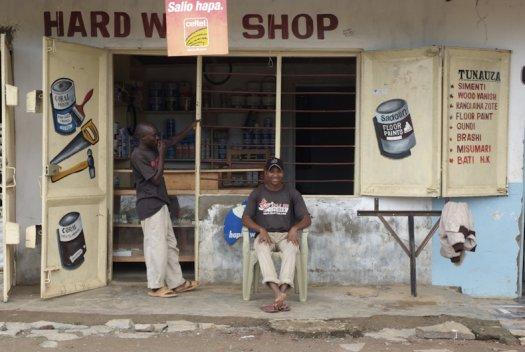 32 Tanzania portretten boerinnen farmfriends fotografie winkel gereedschapDSF4873 525x352