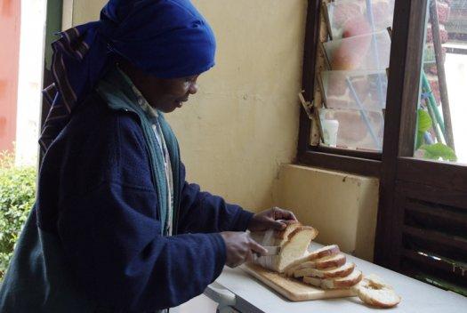 37 Tanzania portretten boerinnen farmfriends fotografie brood snijden DSF5105 525x352