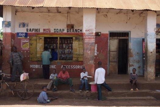 58 Tanzania portretten boerinnen farmfriends fotografie winkel mobile DSF6047 525x352