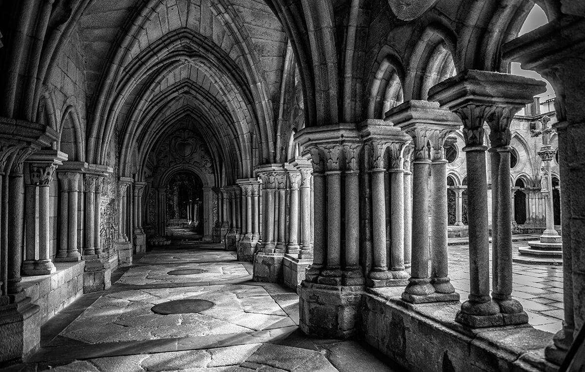 kerk-rondgang-pilaren-zwartwit-fotografie