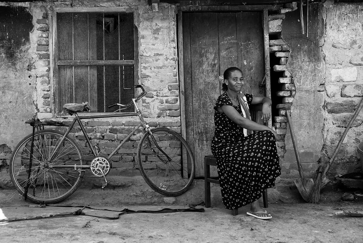02 tanzania boerin melk koeien trotse vrouw fotografie4543