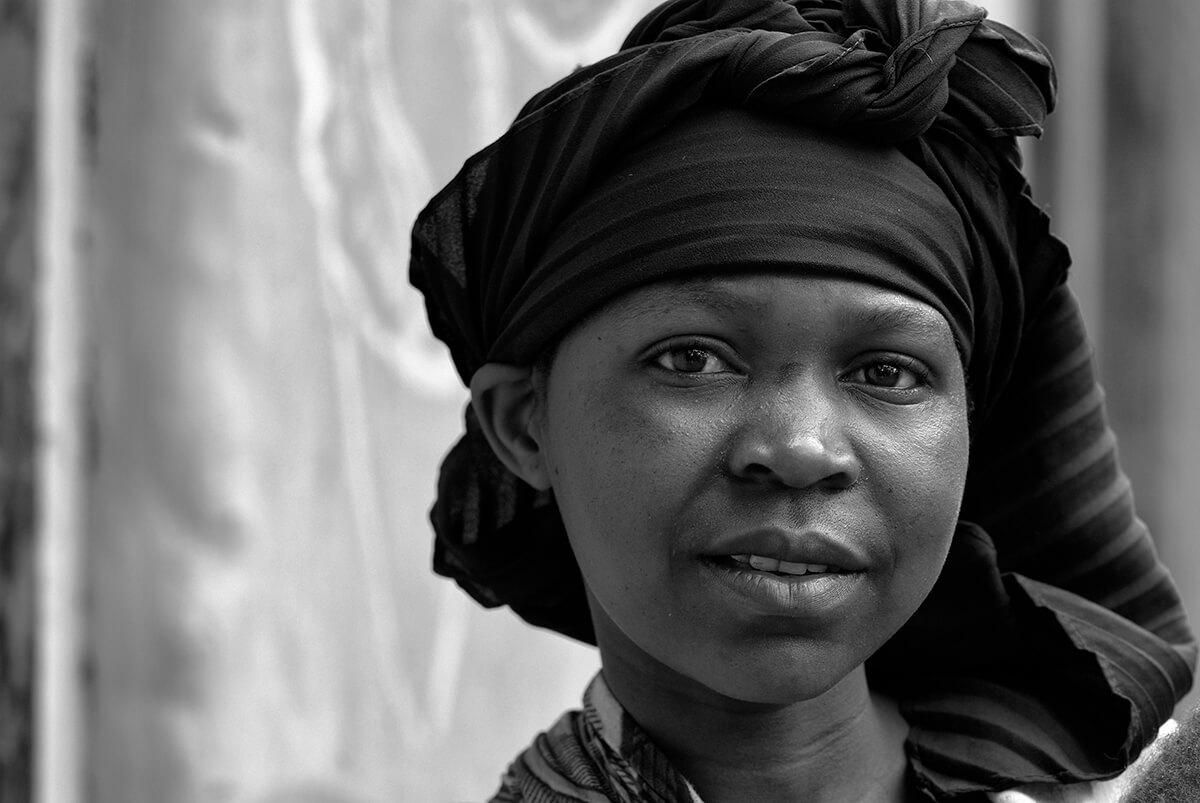 06 tanzania boerin melk koeien trotse vrouw fotografie 5448