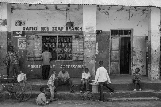 28 winkel mobieltelefoon kinderen tanzania zwart wit 6046 525x351